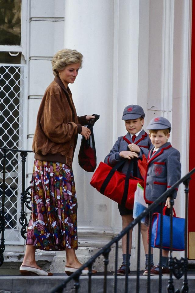 Những trang phục street style truyền cảm hứng của Công nương Diana - Ảnh 2.