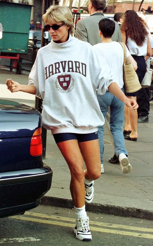Những trang phục street style truyền cảm hứng của Công nương Diana - Ảnh 11.