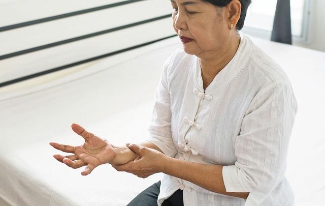 Những nguyên nhân dẫn đến chứng run tay ở người cao tuổi - Ảnh 1.