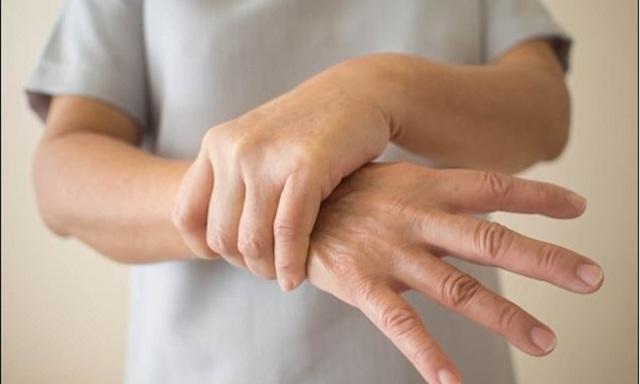 Những nguyên nhân dẫn đến chứng run tay ở người cao tuổi - Ảnh 2.