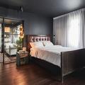 Căn hộ trầm tĩnh với nội thất gỗ sẫm màu