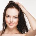 Bí quyết làm khô tóc nhanh mà không cần máy sấy tóc
