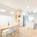 Căn hộ tối giản với nội thất gỗ dán