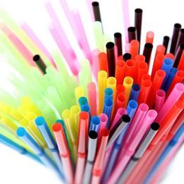 Tái sử dụng ống hút nhựa để tạo ra vật dụng có ích