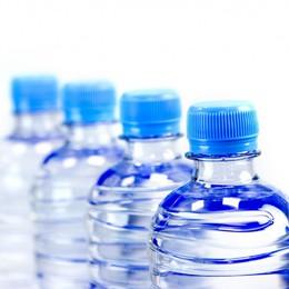 Uống nước đóng chai tăng hấp thụ hạt vi nhựa vào người