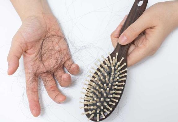 Giải mã nguyên nhân rụng tóc và cách điều trị