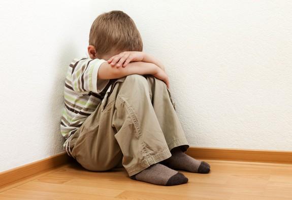 Nhận biết sớm dấu hiệu trẻ tự kỷ và cách chăm sóc