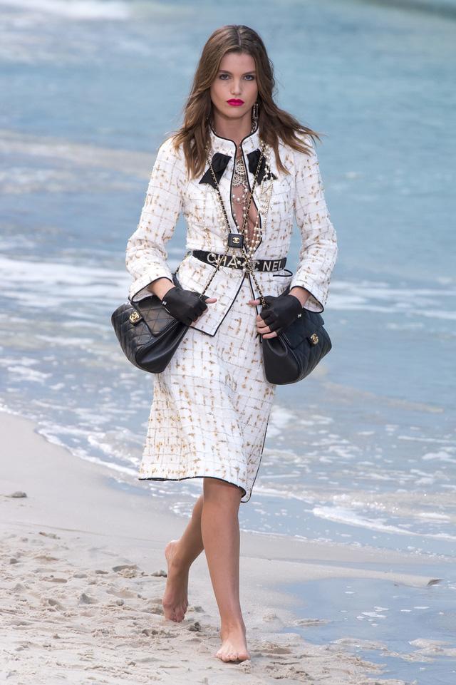 BST Xuân - Hè 2019 của Chanel: những quý cô trên bãi biển - Ảnh 1.