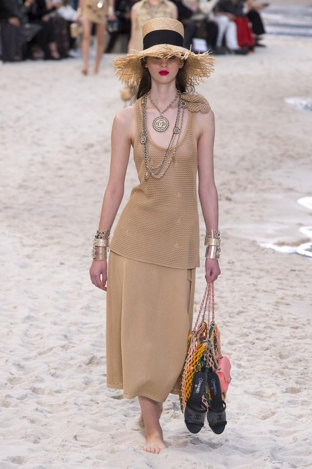 BST Xuân - Hè 2019 của Chanel: những quý cô trên bãi biển - Ảnh 9.
