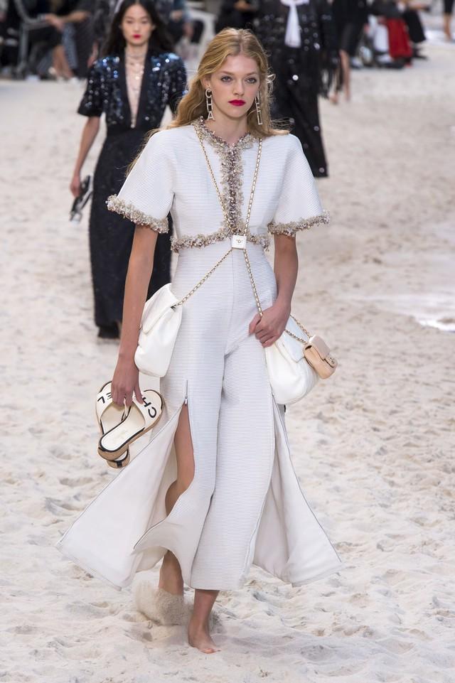 BST Xuân - Hè 2019 của Chanel: những quý cô trên bãi biển - Ảnh 14.