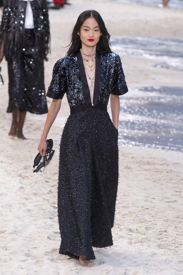 BST Xuân - Hè 2019 của Chanel: những quý cô trên bãi biển - Ảnh 15.