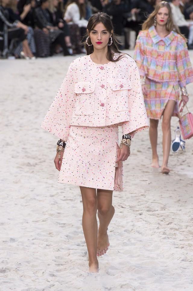 BST Xuân - Hè 2019 của Chanel: những quý cô trên bãi biển - Ảnh 4.