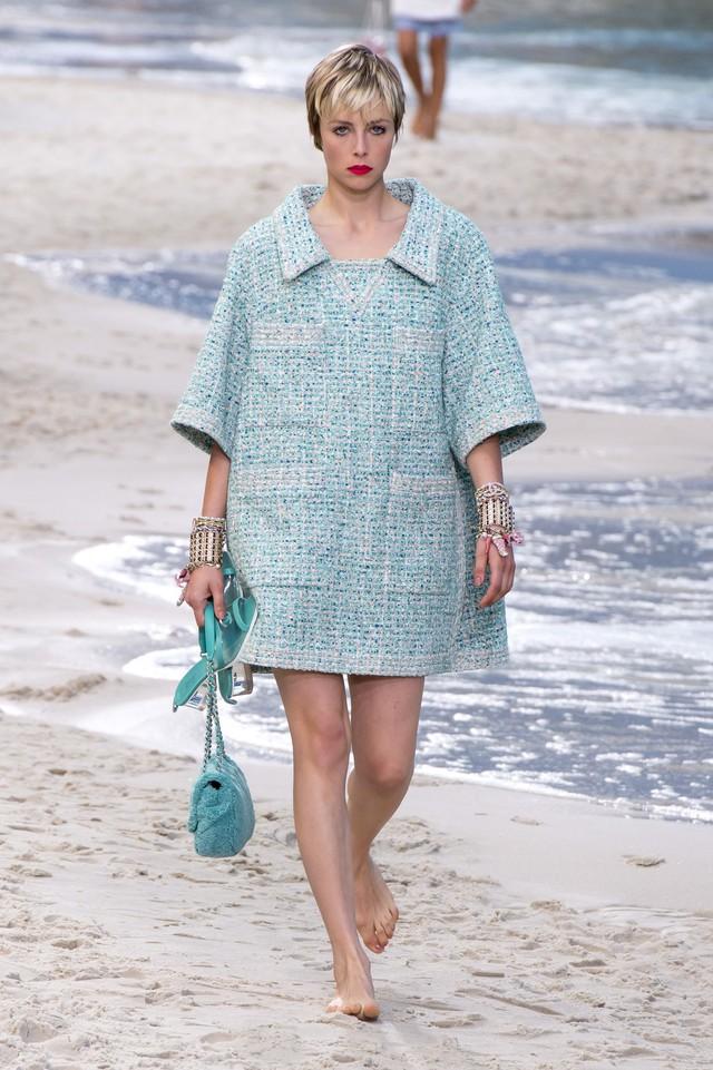 BST Xuân - Hè 2019 của Chanel: những quý cô trên bãi biển - Ảnh 5.