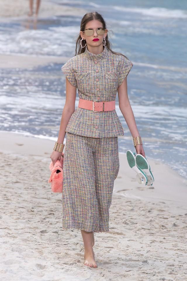 BST Xuân - Hè 2019 của Chanel: những quý cô trên bãi biển - Ảnh 6.