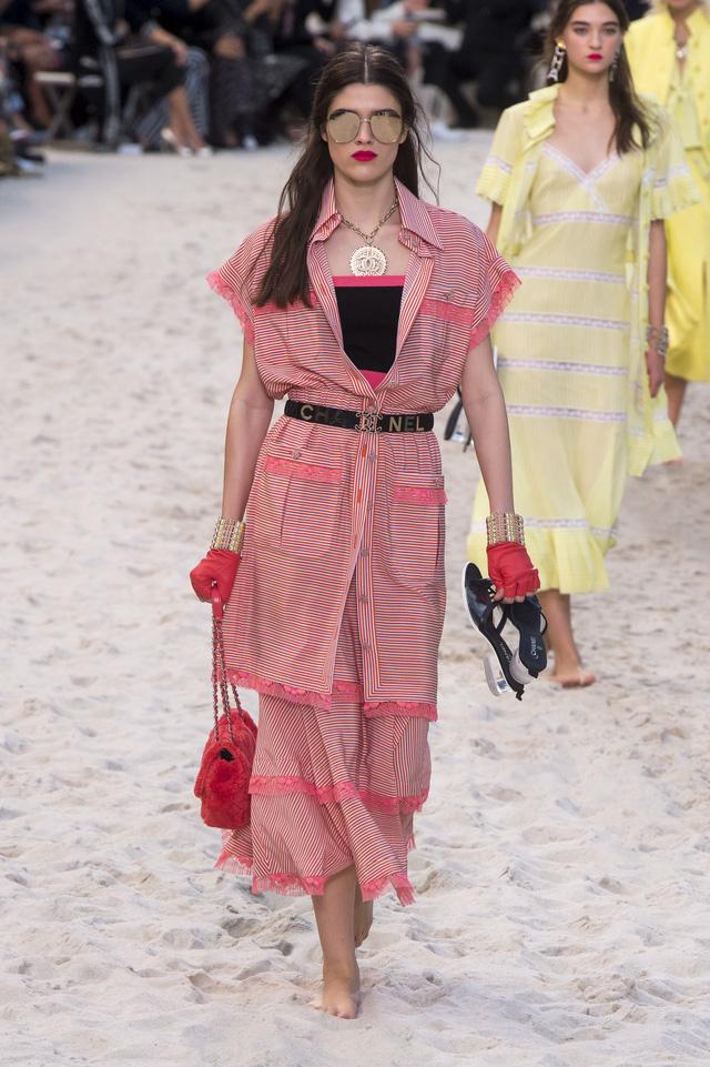 BST Xuân - Hè 2019 của Chanel: những quý cô trên bãi biển - Ảnh 8.