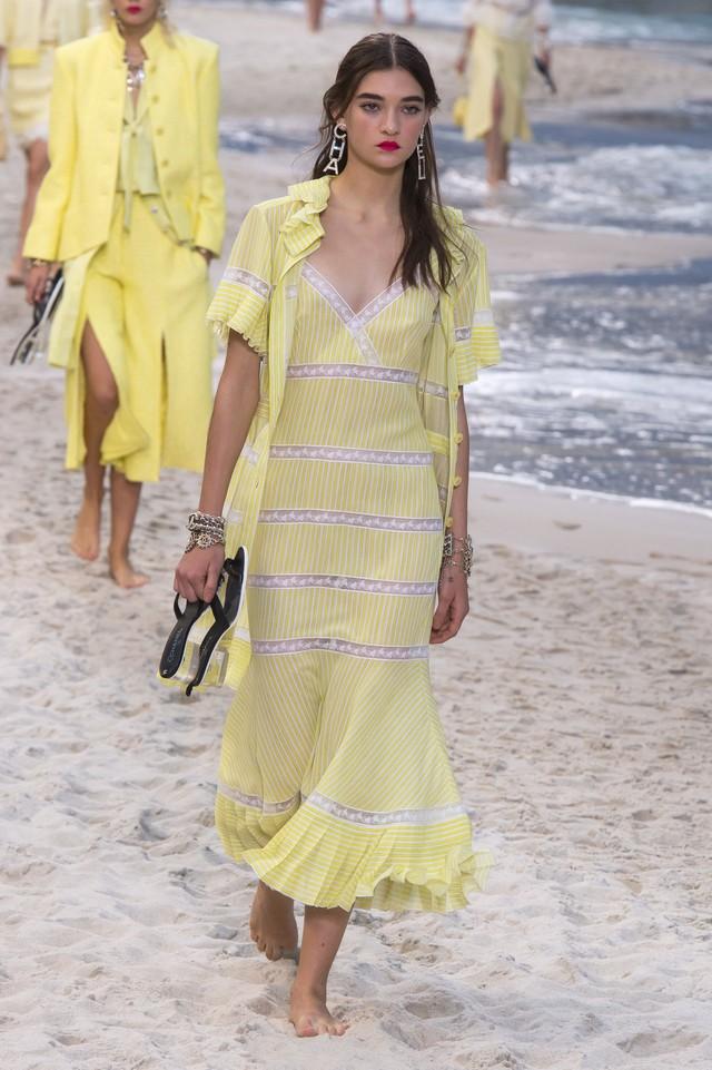 BST Xuân - Hè 2019 của Chanel: những quý cô trên bãi biển - Ảnh 12.