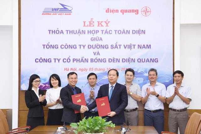 Tổng công ty Đường Sắt ký kết thỏa thuận hợp tác chiến lược với Điện Quang - Ảnh 1.