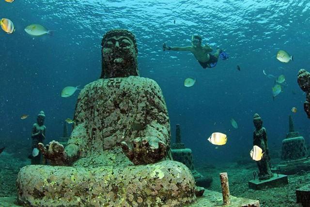 Lặn biển để ngắm những pho tượng bí ẩn và tuyệt đẹp - Ảnh 2.