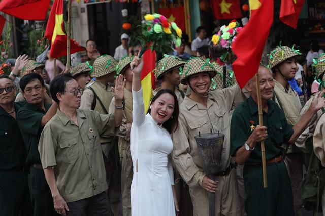 Tái hiện ký ức Hà Nội đón mừng đoàn quân giải phóng - Ảnh 5.