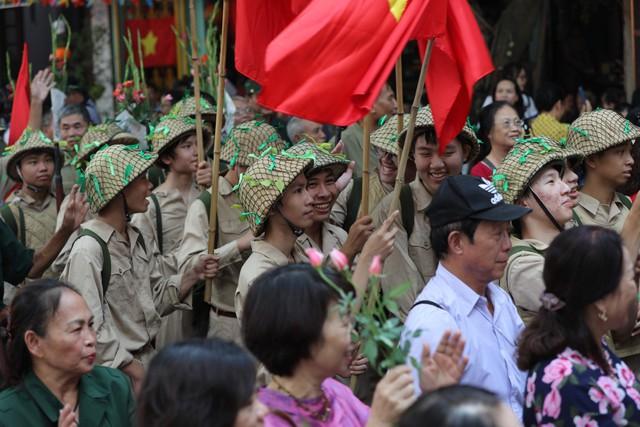 Tái hiện ký ức Hà Nội đón mừng đoàn quân giải phóng - Ảnh 7.