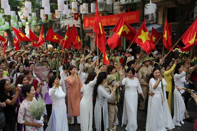 Tái hiện ký ức Hà Nội đón mừng đoàn quân giải phóng - Ảnh 8.