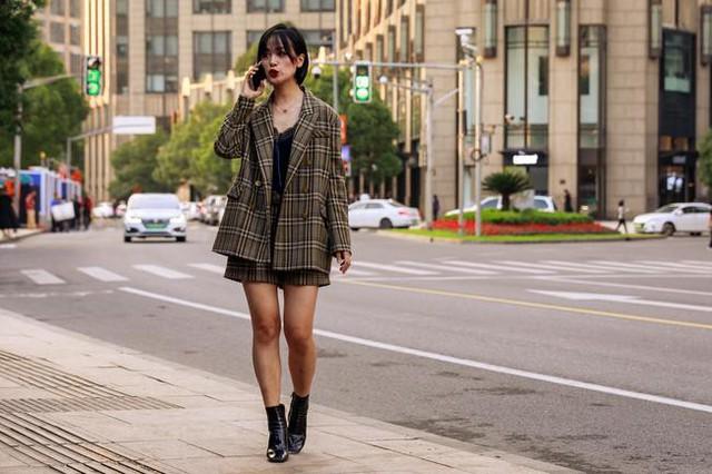 Thượng Hải Fashion Week 2020: áo blazer ngoại cỡ tràn ngập đường phố - Ảnh 1.