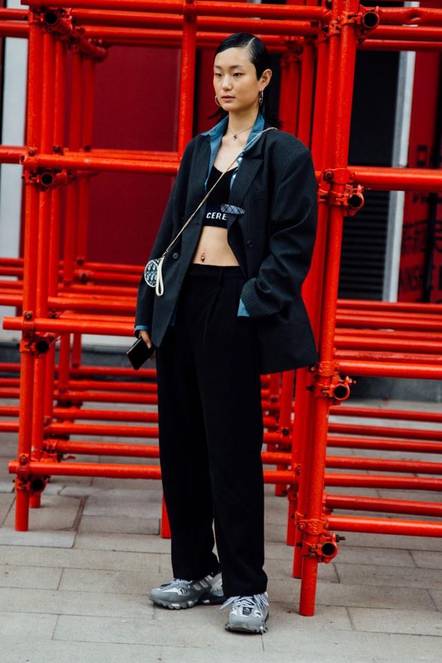 Thượng Hải Fashion Week 2020: áo blazer ngoại cỡ tràn ngập đường phố - Ảnh 9.