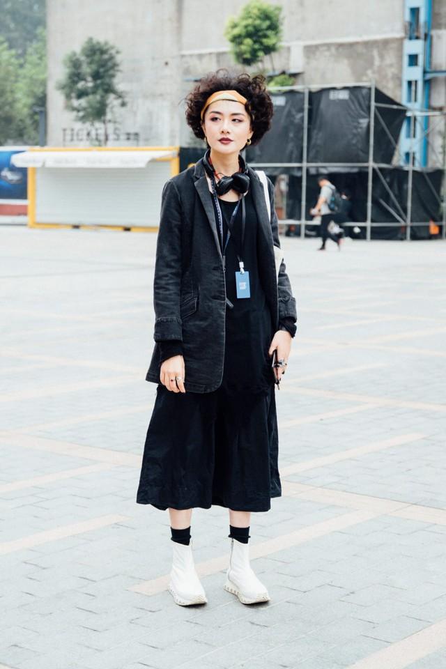 Thượng Hải Fashion Week 2020: áo blazer ngoại cỡ tràn ngập đường phố - Ảnh 10.