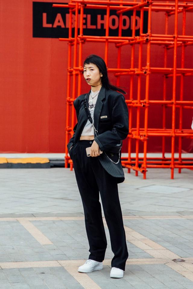 Thượng Hải Fashion Week 2020: áo blazer ngoại cỡ tràn ngập đường phố - Ảnh 11.