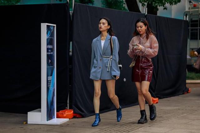 Thượng Hải Fashion Week 2020: áo blazer ngoại cỡ tràn ngập đường phố - Ảnh 13.