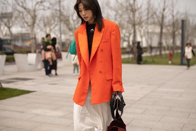 Thượng Hải Fashion Week 2020: áo blazer ngoại cỡ tràn ngập đường phố - Ảnh 14.