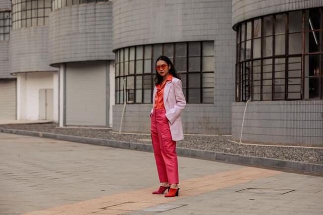 Thượng Hải Fashion Week 2020: áo blazer ngoại cỡ tràn ngập đường phố - Ảnh 2.