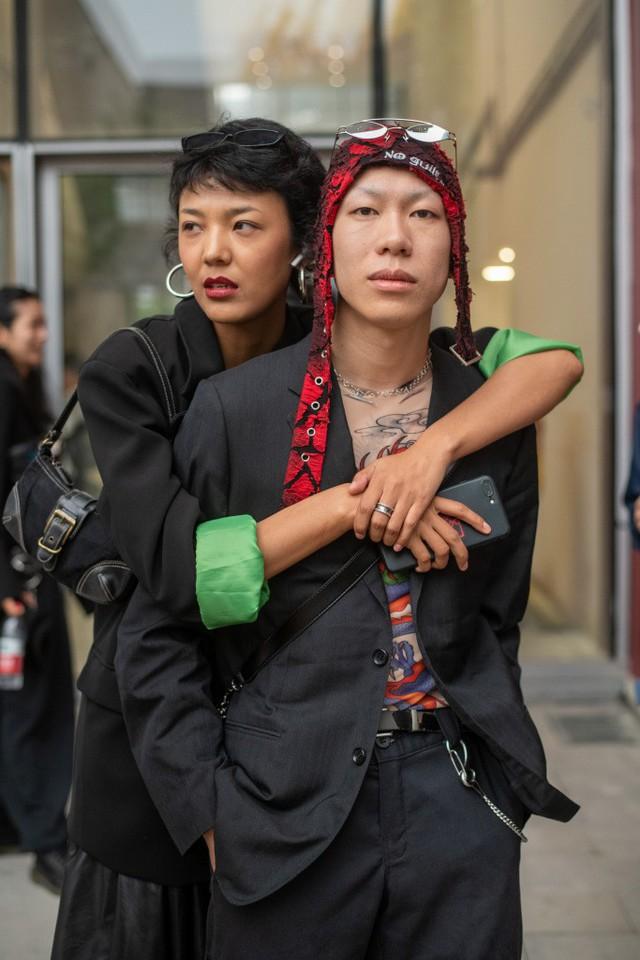 Thượng Hải Fashion Week 2020: áo blazer ngoại cỡ tràn ngập đường phố - Ảnh 20.