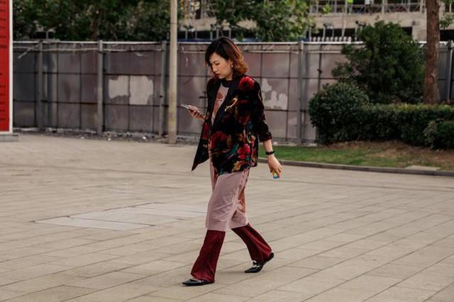 Thượng Hải Fashion Week 2020: áo blazer ngoại cỡ tràn ngập đường phố - Ảnh 4.