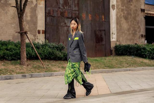 Thượng Hải Fashion Week 2020: áo blazer ngoại cỡ tràn ngập đường phố - Ảnh 5.