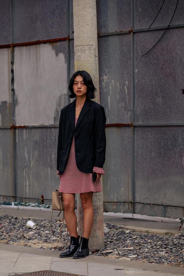 Thượng Hải Fashion Week 2020: áo blazer ngoại cỡ tràn ngập đường phố - Ảnh 6.