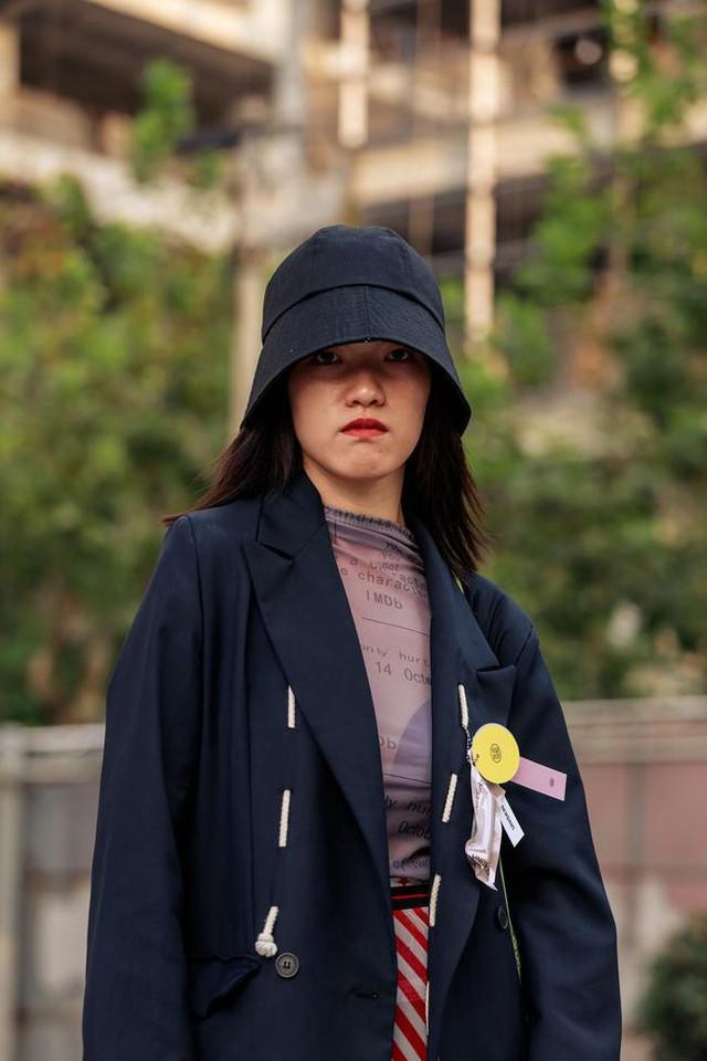 Thượng Hải Fashion Week 2020: áo blazer ngoại cỡ tràn ngập đường phố - Ảnh 7.