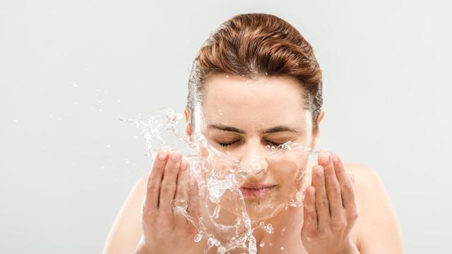Lý do bạn không nên rửa mặt khi tắm - Ảnh 1.