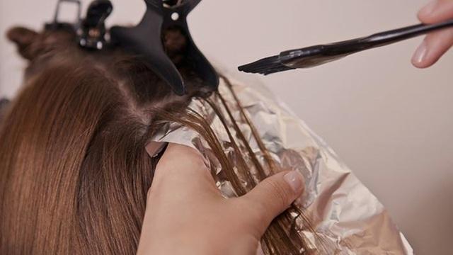 Nhuộm tóc nguy hại hơn bạn tưởng - Ảnh 1.