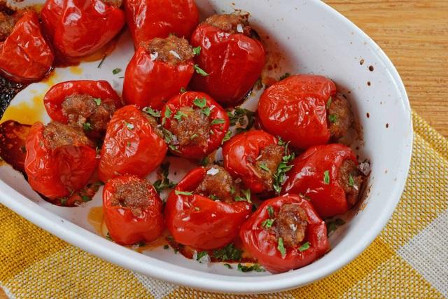 3 món cà chua nhồi đỏ tươi cho bữa tiệc năm mới - Ảnh 1.