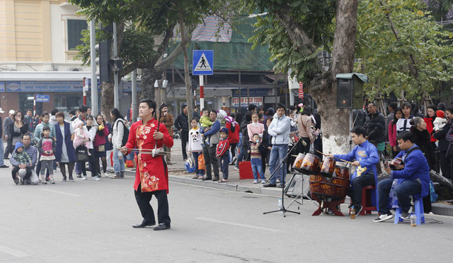 Phố đi bộ hồ Hoàn Kiếm chính thức hoạt động từ ngày 1/1/2020 - Ảnh 1.