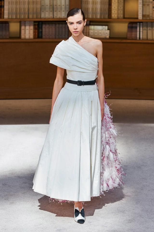 BST Haute Couture Thu – Đông 2019 của Chanel: cổ điển và tinh tế - Ảnh 16.