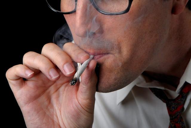 Hút thuốc lá ảnh hưởng nghiêm trọng tới thị lực - Ảnh 1.