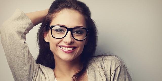 Mẹo trang điểm cho những cô nàng đeo kính - Ảnh 1.