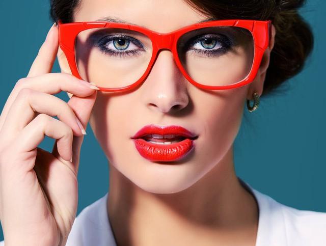 Mẹo trang điểm cho những cô nàng đeo kính - Ảnh 2.