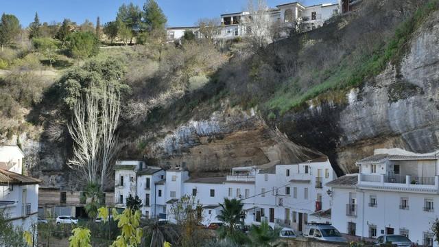 Thăm ngôi làng đá đè ở Tây Ban Nha - Ảnh 9.
