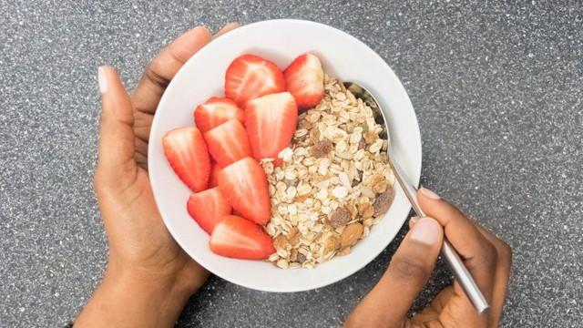 Điều gì thực sự xảy ra với cơ thể khi bạn ăn yến mạch mỗi ngày - Ảnh 2.