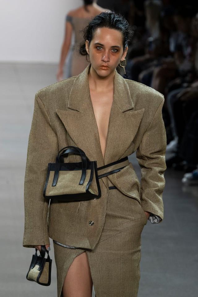 Túi xách siêu nhỏ tiếp tục đổ bộ các tuần lễ thời trang - Ảnh 1.