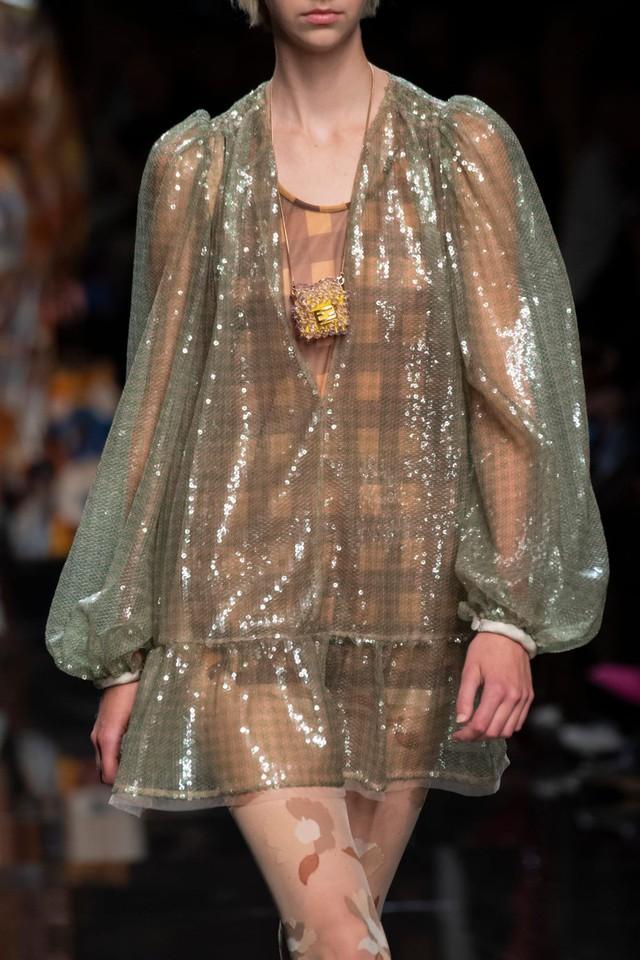 Túi xách siêu nhỏ tiếp tục đổ bộ các tuần lễ thời trang - Ảnh 9.