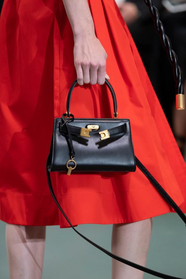 Túi xách siêu nhỏ tiếp tục đổ bộ các tuần lễ thời trang - Ảnh 16.